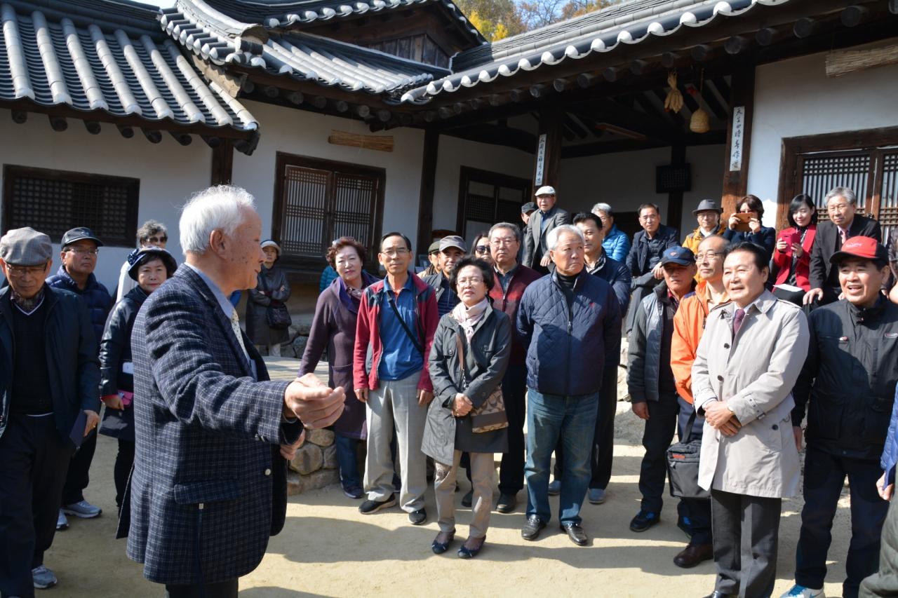 석주 이상룡 선생 증손자 이항증 선생이 임청각에서 방문단을 안내하고 있다.