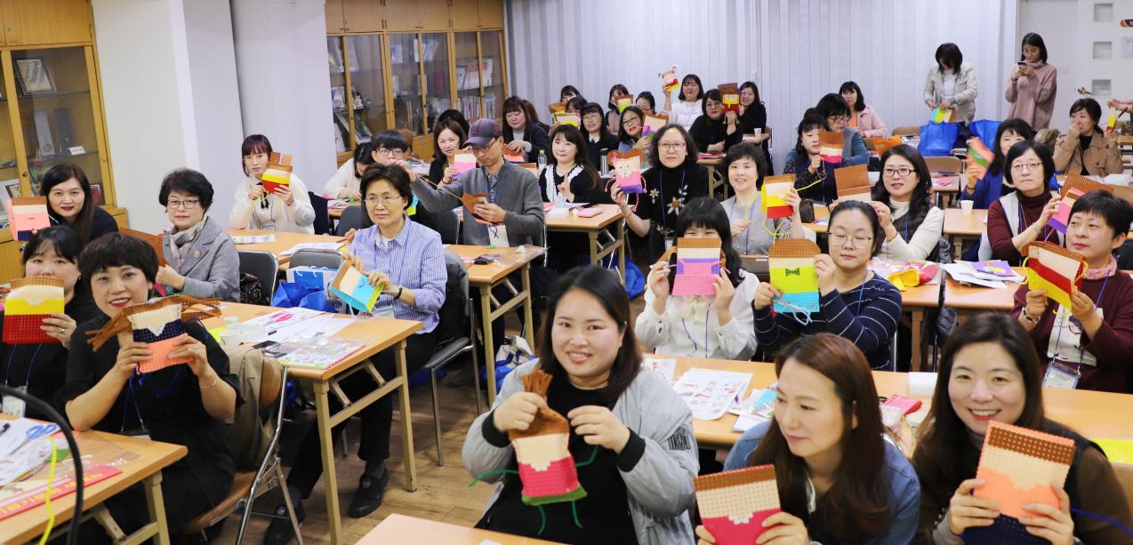 종이문화재단(Korea Paper Culture Foundation)·세계종이접기연합(World Jongie Jupgi Organization)이 주최한 '대한민국  종이접기 종이문화 봄 세미나'가 4월7일 서울 장충동 종이나라박물관에서 열렸다.[사진제공=종이문화재단]